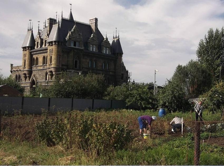 Замок в деревне