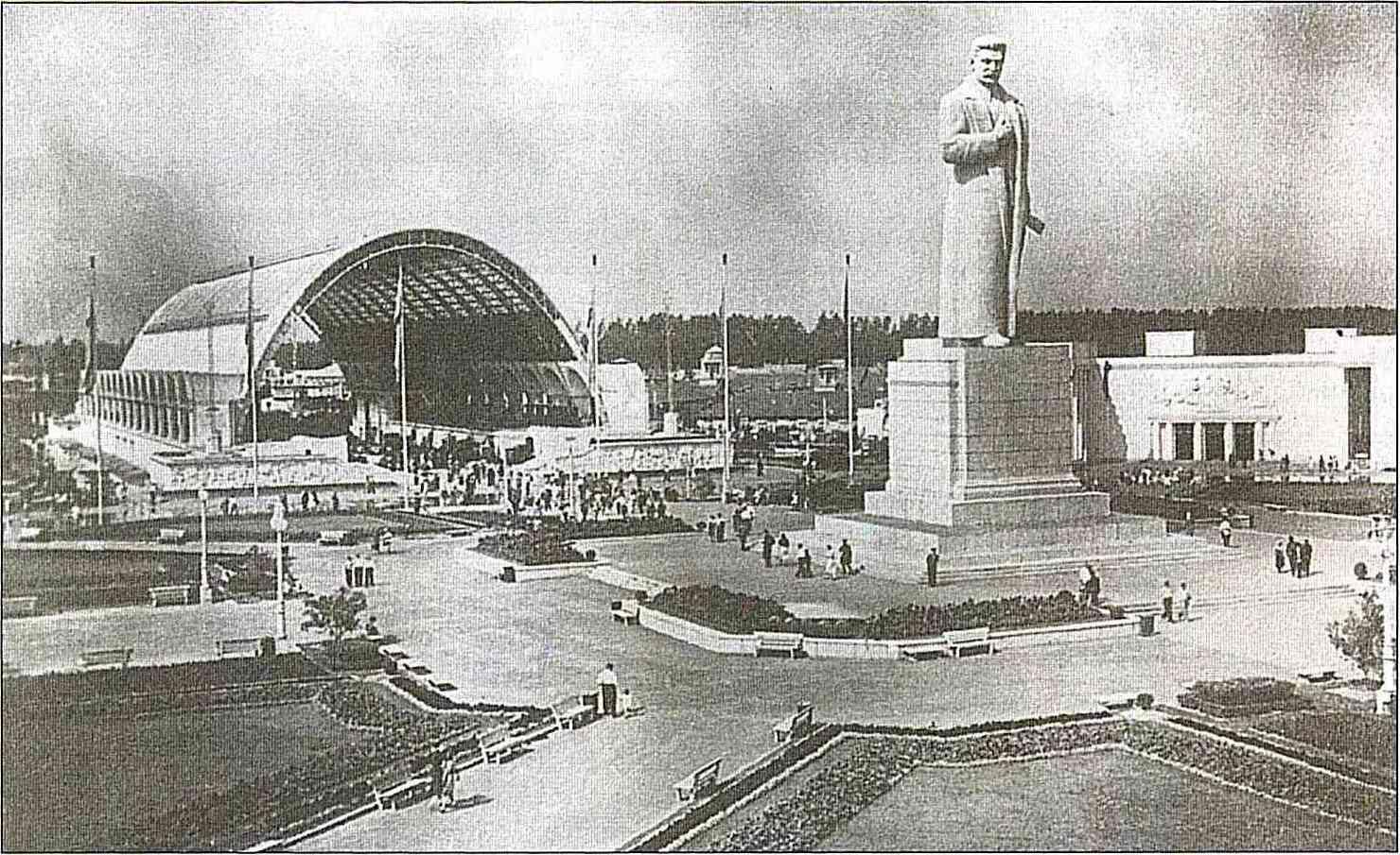 Павильон «Механизация» и статуя Сталина