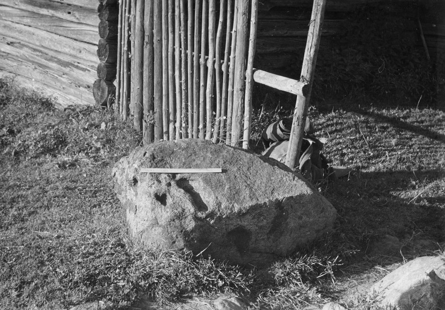 Камень-следовик у дер. Новосел. 1976г.jpg
