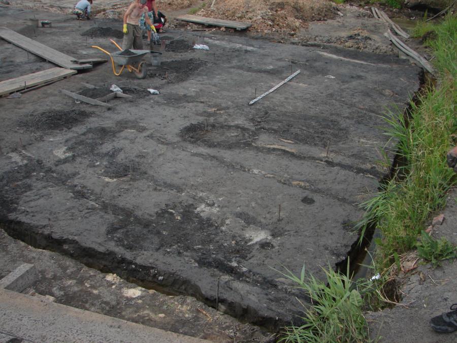 Пятна материковых ям в восточной части 6-го участка. Вид с  юго-востока
