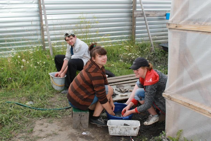 Студенты моют находки из массовочных ящиков