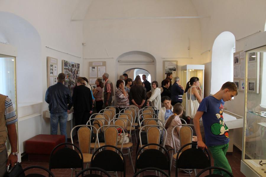Первые посетители рассматривают выставку