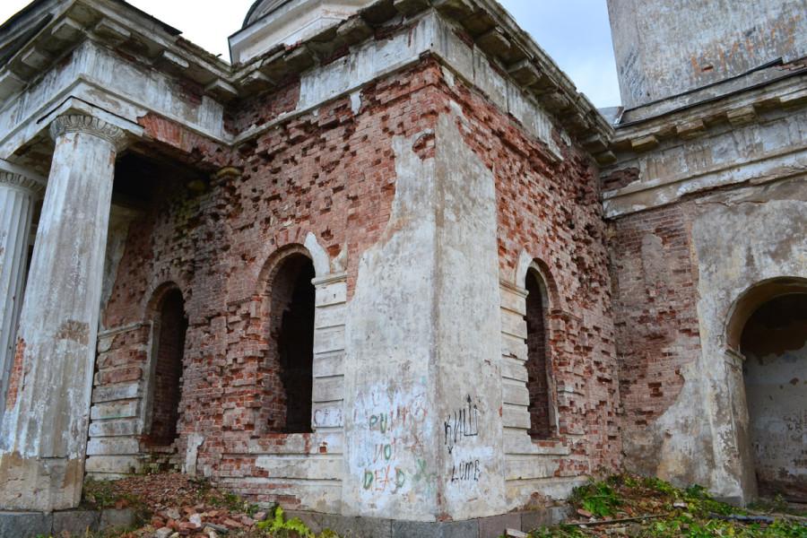 церковь Введения. Разрушающиеся стены
