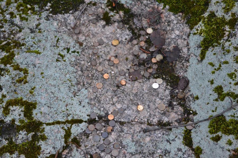Монеты на валуне