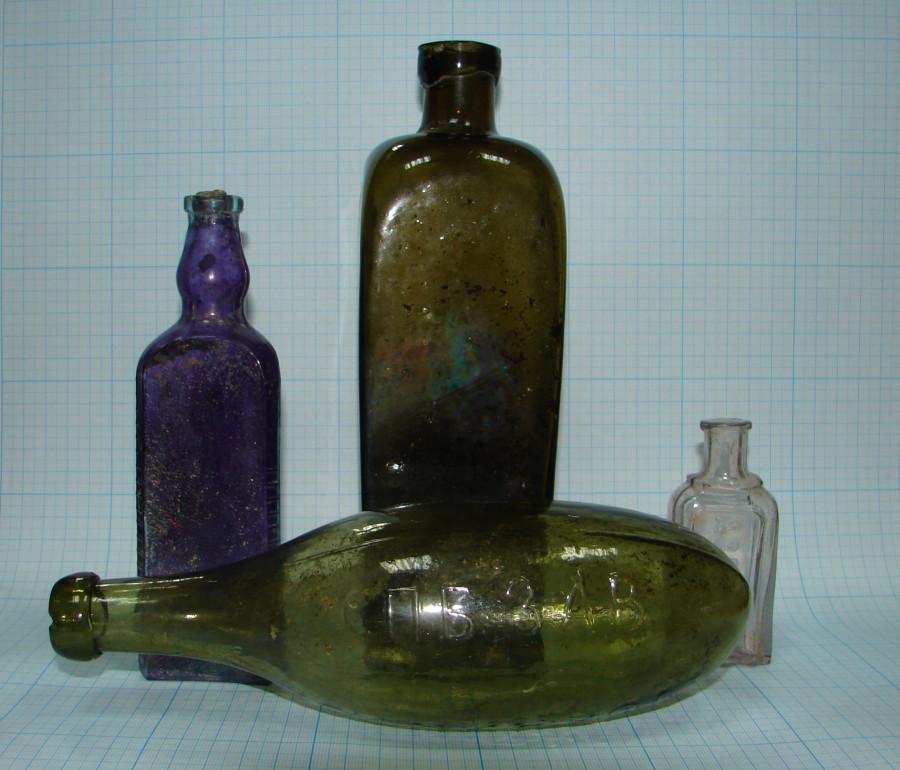 Стеклянные бутылочки из поздних слоёв