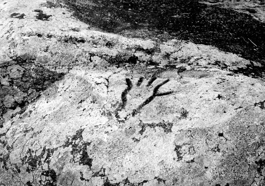 Поклонный камень у дер. Данилово.изображение кисти руки.1982г