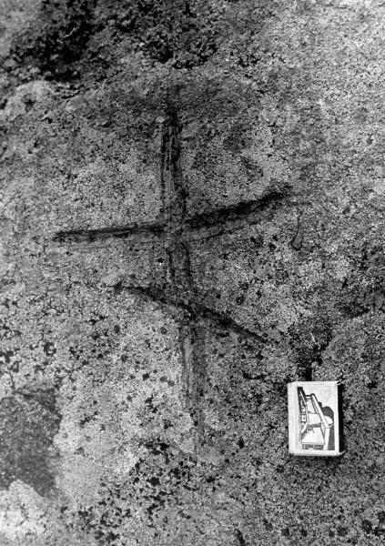 Поклонный камень у дер. Данилово.изображение креста.1982г