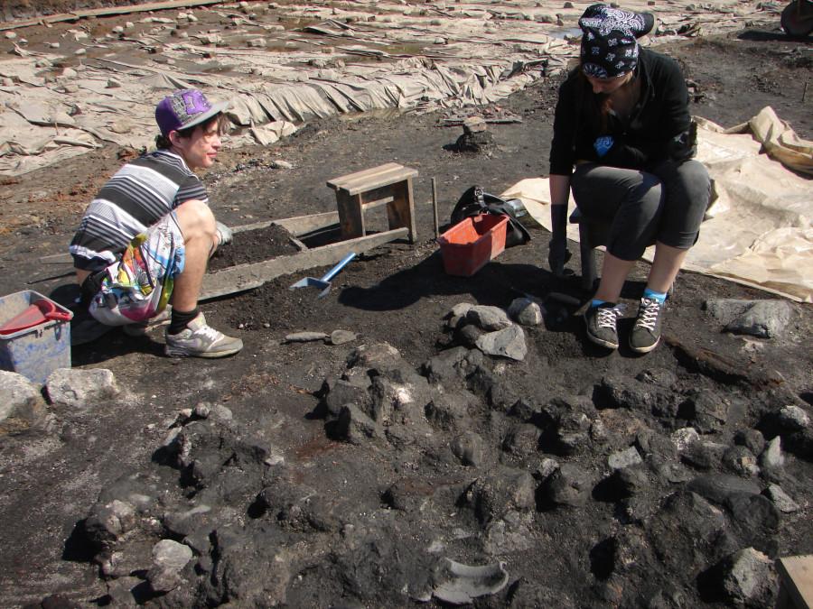 Развал печи. Среди камней видны фрагменты керамических горшков
