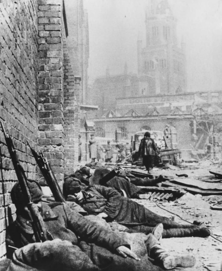 Советские солдаты спят, отдыхая после боев, прямо на улице взятого штурмом Кенигсберга.