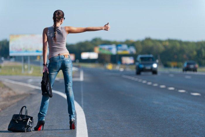 Девушка ловит машину