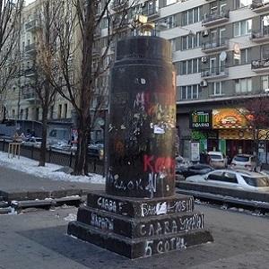 памятник золотой унитаз в киеве