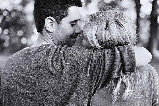 в обнимку мужчина и женщина