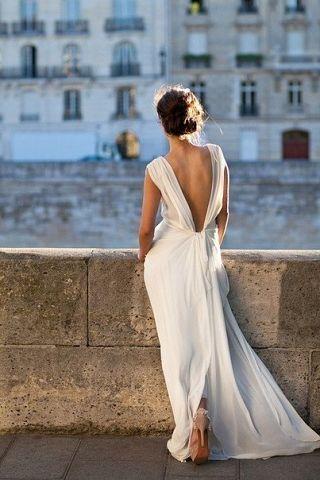 Девушка на набережной в белом красивом платье