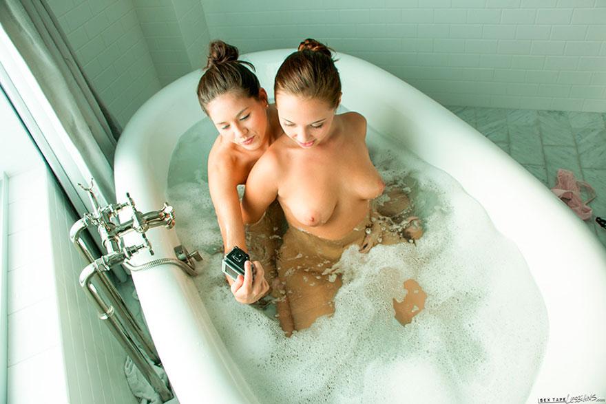 нас хотелось фото две дечушки в ванной перспективы для