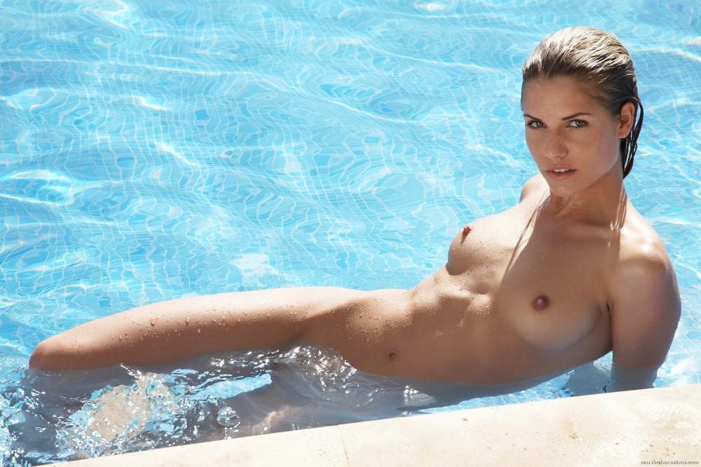 Голая девушка в бассейне фото видео — photo 10