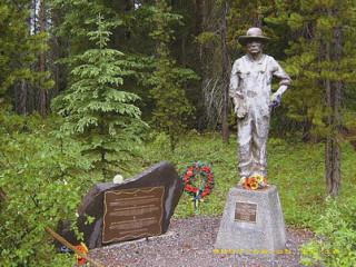 Памятный знак и статуя в честь узников лагеря для интернированных лиц Кастл Маунтин в национальном парке Банфф (провинция Альберта).