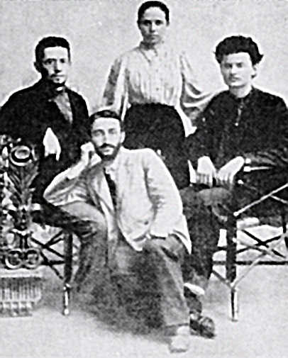 Лев Троцкий (справа) с Ильей Соколовским (слева), доктором Зивом и Александрой Соколовской, 1897г