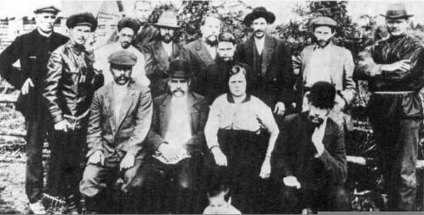 Ссыльные в Минусинске. Во втором ряду третий справа Сталин