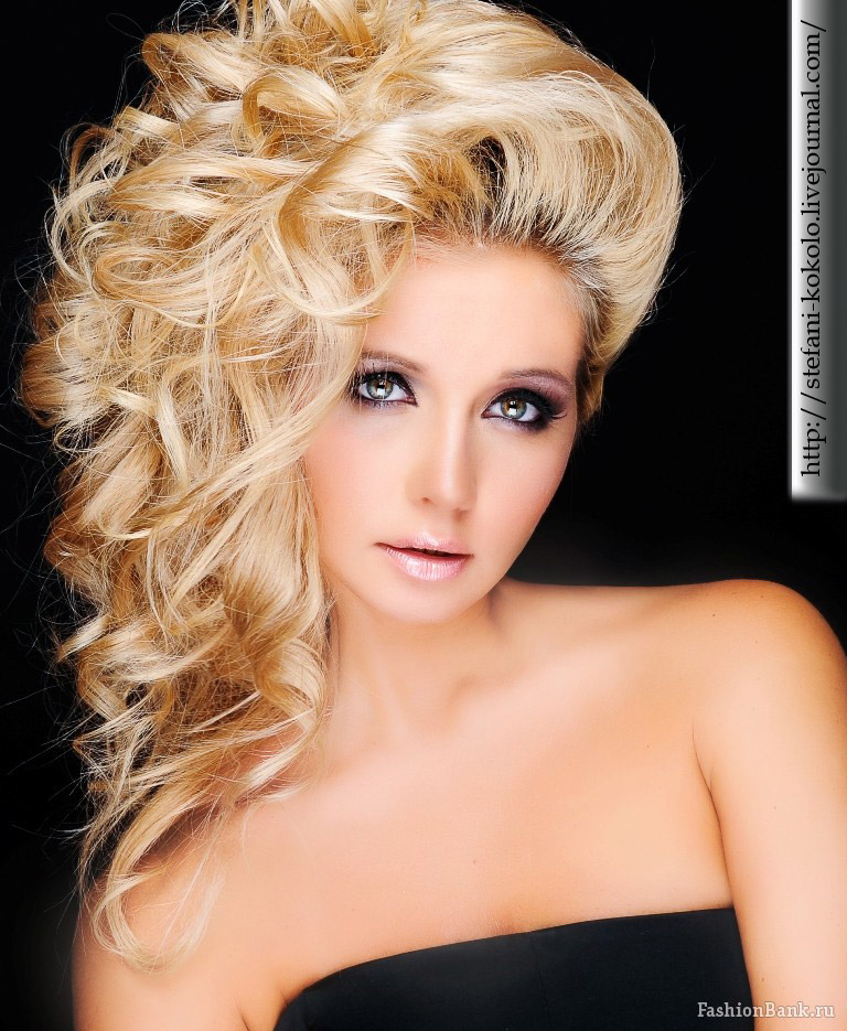 блондинка, яркая красивая фотомодель макияж, губы волосы прическа