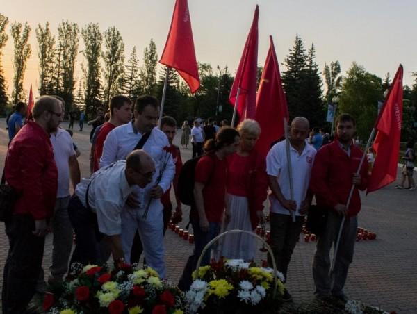 Саратовская ячейка Сути Времени возлагает цветы к Вечному Огню 22 июня в 4 часа утра.