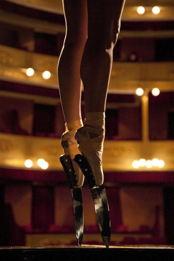Балерина в пуантах с ножами - Incredible Ballerina Performs En Pointe with Knife Shoes foto