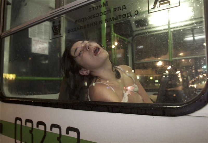 Норд-Ост- фотограф Sunday Telegraph Джастин Сатклифф сделал снимок освобожденной женщины без сознания