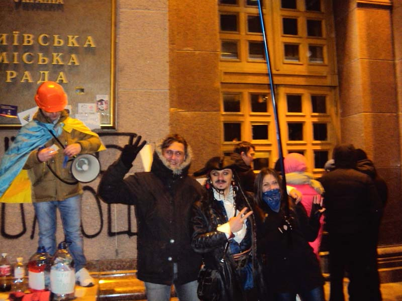 Майдан 02-12-2013 На входе в Киевский совет креатив