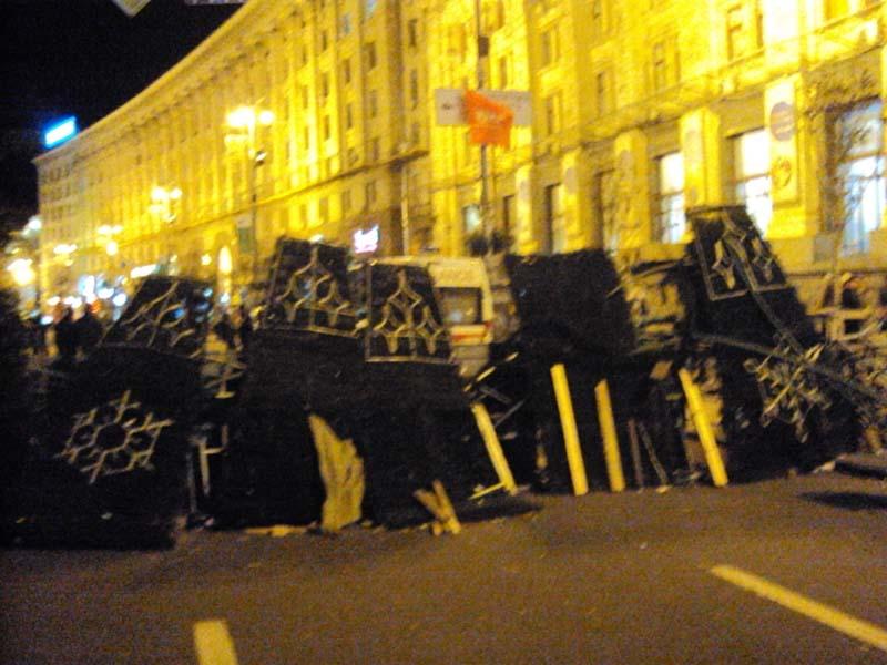 Майдан 02-12-2013 Баррикады с ёлочных щитов на Крещатике
