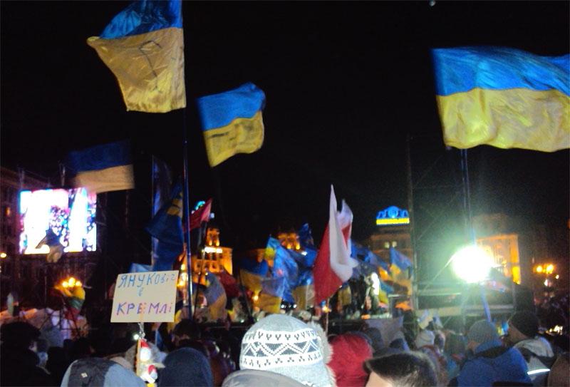 Майдан 02-12-2013 Трибуна на старом месте Помаранчевой революции