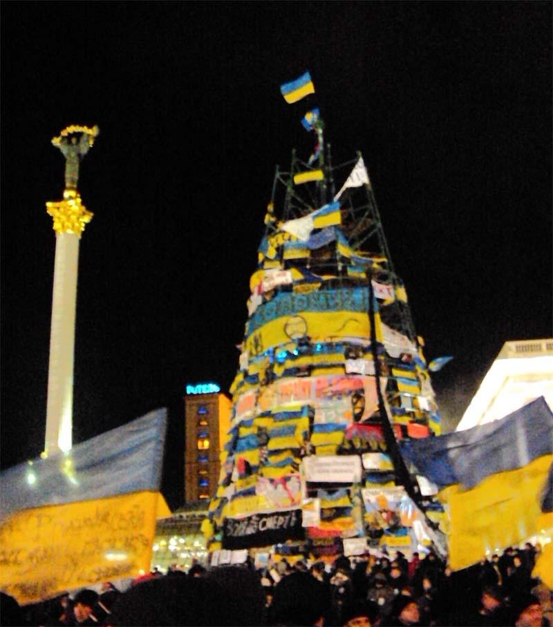 Майдан 06-12-2013 Йолка стала  шикарной народной ёлкой