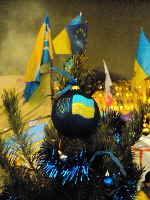 Майдан 18-12-2013  Майдан украшается - праздник приближается
