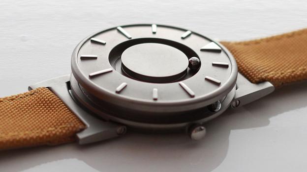 Годинник для незрячих збоку