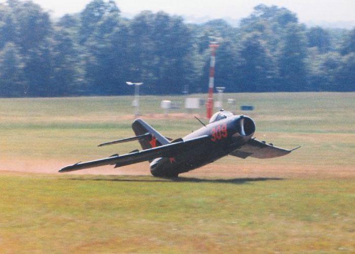 МиГ-17 американского энтузиаста Уильяма Уорда во время показательных выступлений на авиашоу в Харрисоне, Арканзас, 1990 г. Пилоту не хватило высоты при выходе из мертвой петли