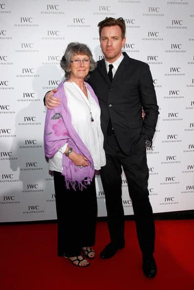 Ewan McGregor with his mother Carol Diane McGregor.jpg