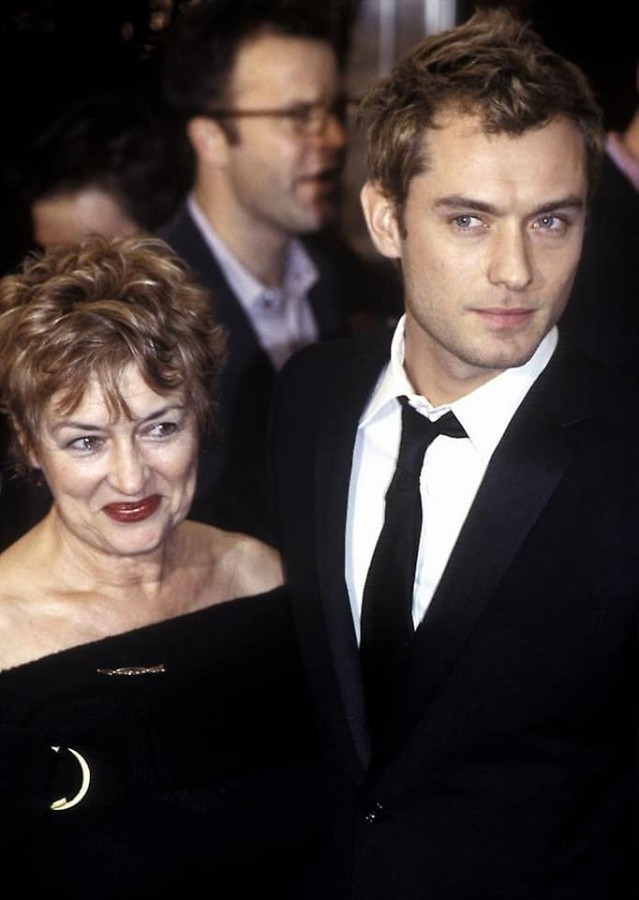 Jude Law with his mother Maggie.jpg