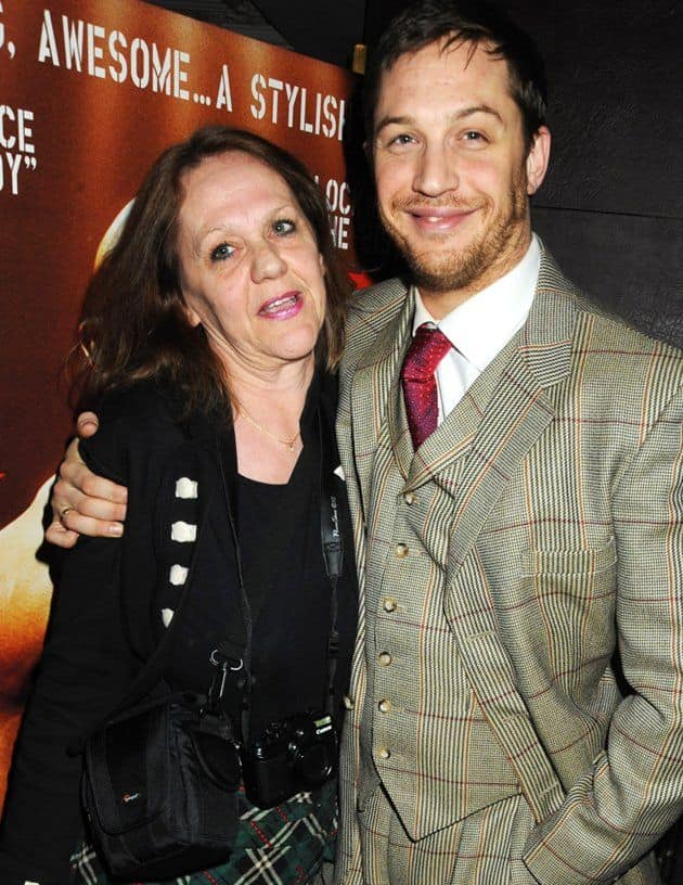 Tom Hardy with his mother Elizabeth Anne Hardy.jpg