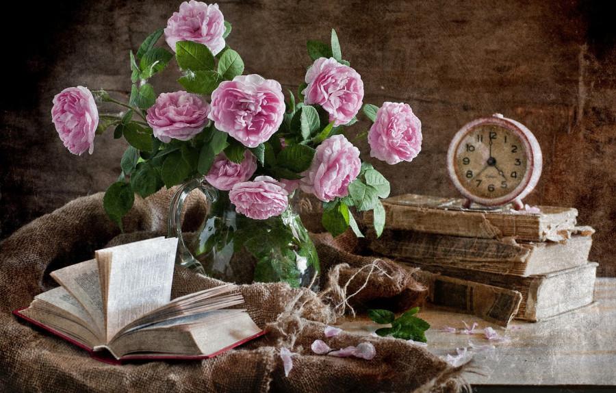 buket-tsvety-rozy-knigi-budilnik-natiurmort.jpg