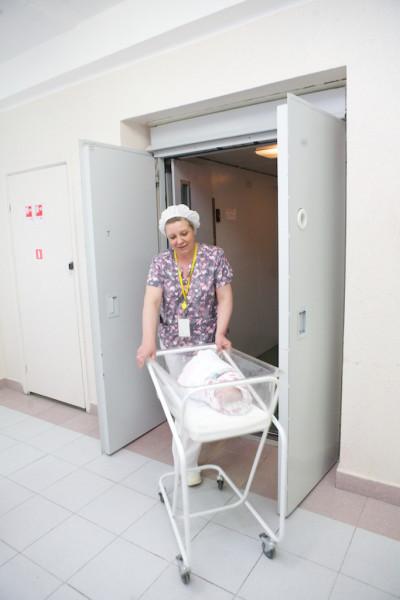 part12 Перевод новорожденного в послеродовое отделение после кесарева сечения _MG_3578