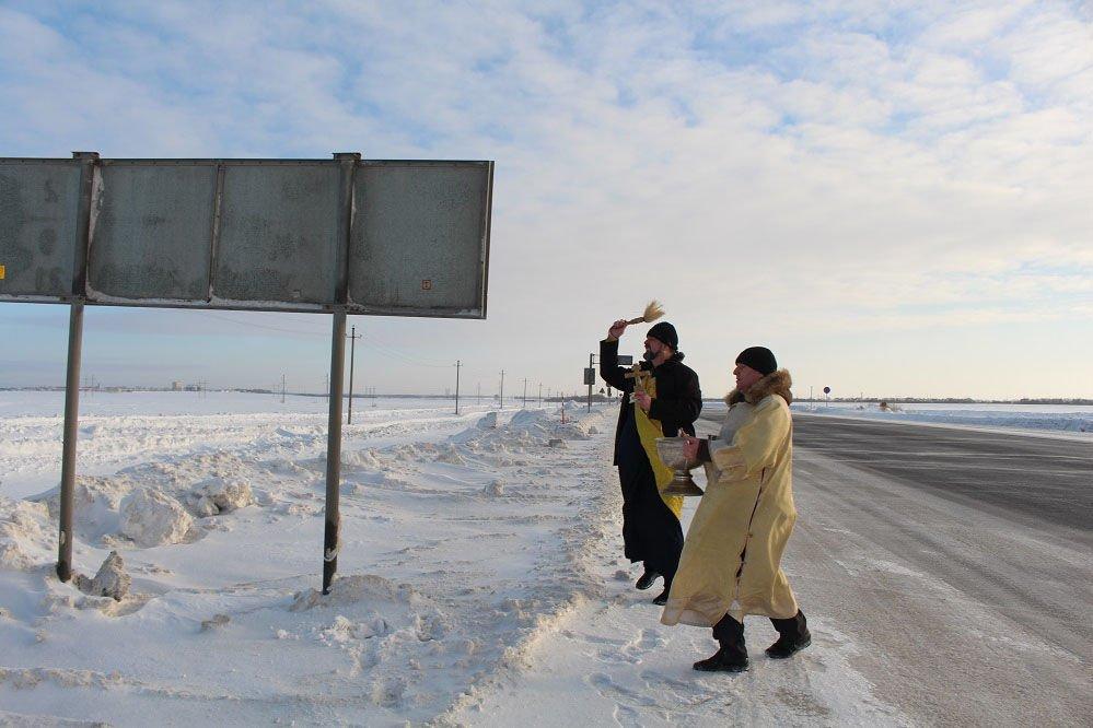 Люди просили осветить дорогу, но чиновники не поняли и вместо электриков вызвали поповch