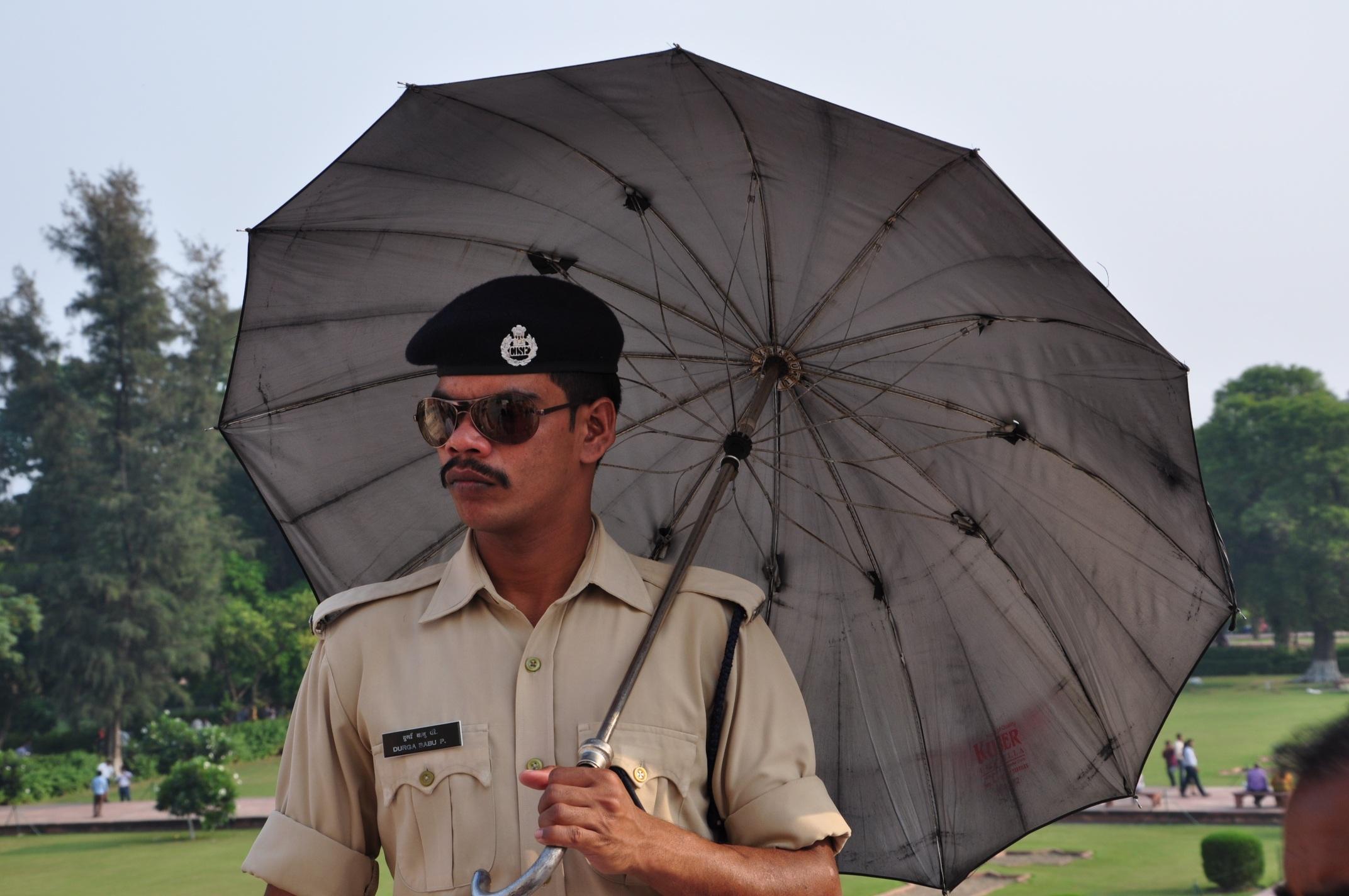 umbrella-india-delhi-policeman-626676