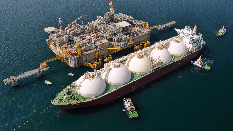 vessel-unloading-oil-from-Qatar
