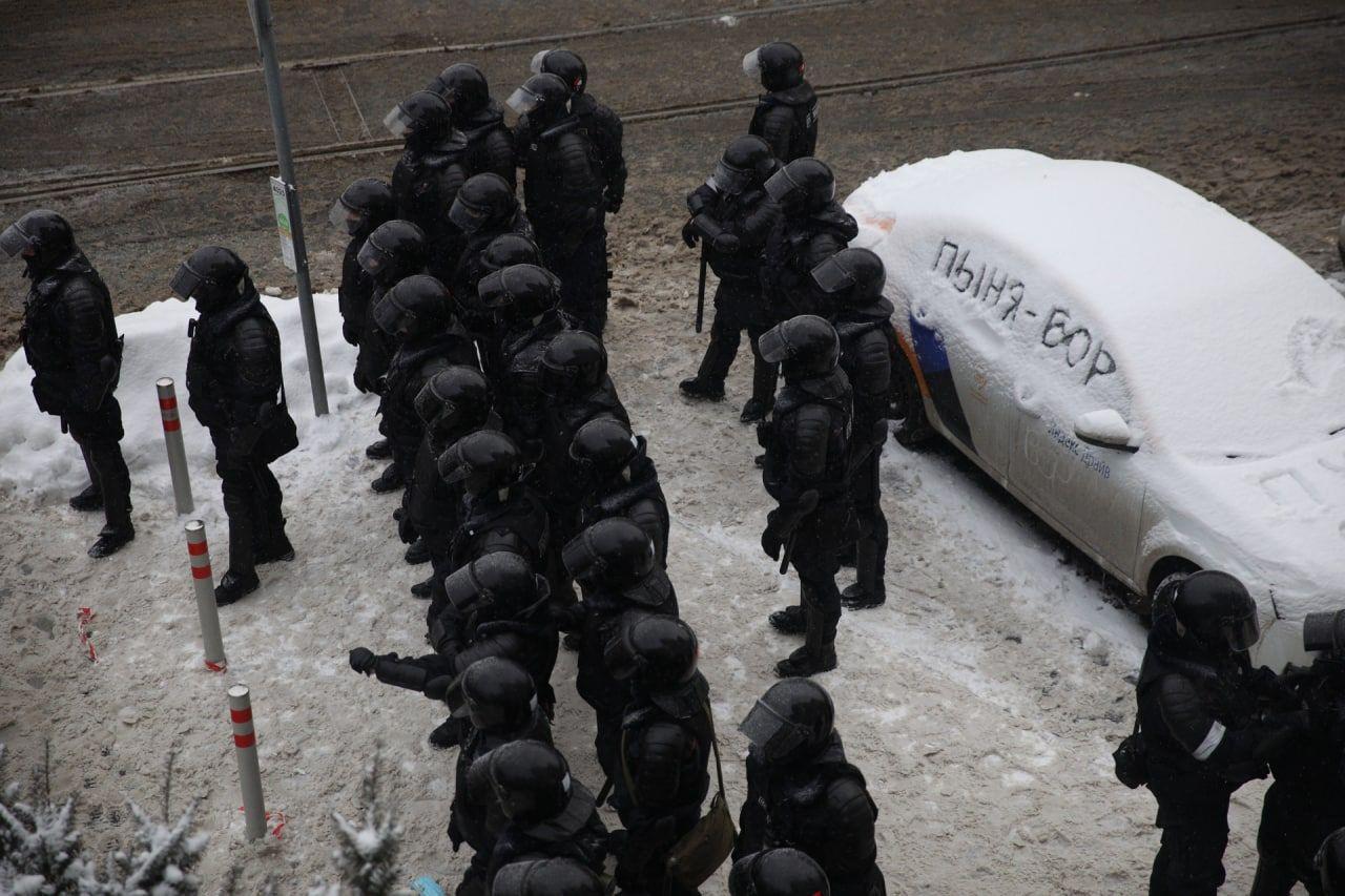 Фото дня_силовики охраняют фразу Пыня - вор