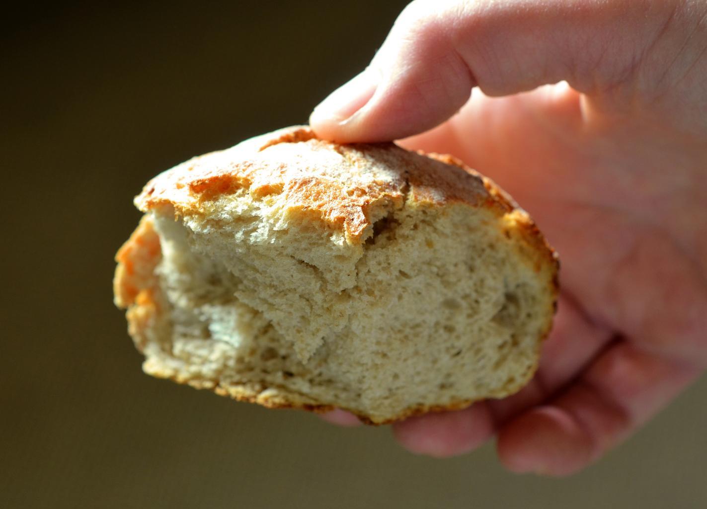 roll_bread_eat_food