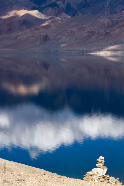 Гималаи и озеро Цо Морри с буддистской ступой на переднем плане на закате. Ладакх, Индия (Himalayas and Tso Moriri Lake with the Buddhist stupa at the forefront at the sunset. Ladakh, India)