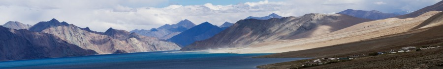 Панорама озера Пангонг Цо (Ладакх, Индия). Pangong Tso lake (Ladakh, India)