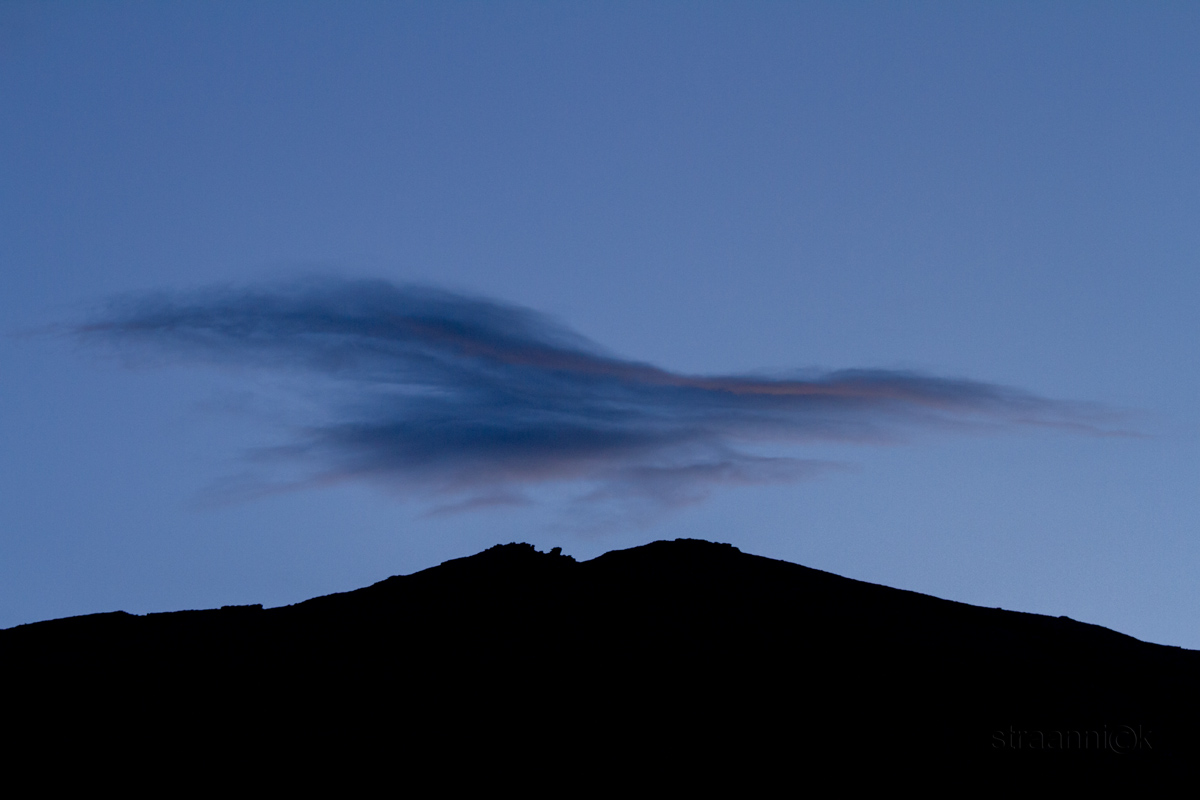 Облака на закате в окрестности солёного горного озера Цо Кар, Гималаи, Ладакх, Индия (Clouds at sunset near the Tso Kar lake. Himalayas, Ladakh, India)