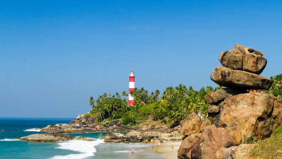 straannick: Kovalam lighthouse and a beach (Kerala, India). Маяк в Коваламе и близлежащий пляж (Керала, Индия)