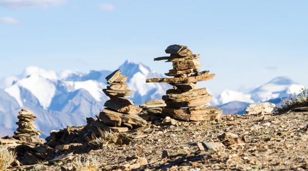 Буддистская ступа в Гималаях в окрестностях озера Цо Морири. Ладакх, Индия (The Buddhist stupa in Himalayas near the Tso Moriri Lake. Ladakh, India)
