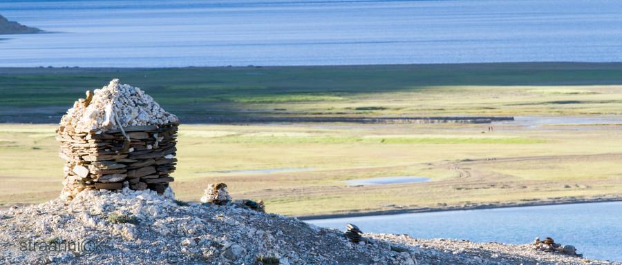 Буддистская ступа на фоне озера Цо Морири в Гималаях. Ладакх, Индия (The Buddhist stupa in front of the Himalayan Tso Moriri Lake. Ladakh, India)