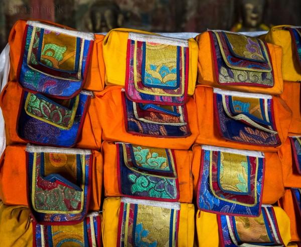 <Книги в буддийской библиотекее. Books in tibetan buddhist library